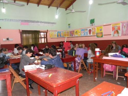 Alumnos concentrados en el taller de ajedrez.